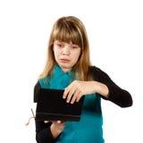 Flicka med fasaöppningsboken Arkivbild