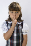Flicka med fingret på kanter royaltyfri foto