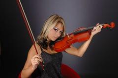 Flicka med fiolen fotografering för bildbyråer