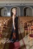 Flicka med fiolen efter konserten arkivbild
