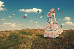 Flicka med fjärilar Arkivbilder
