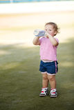 Flicka med flaskan av mineralvatten Arkivfoton