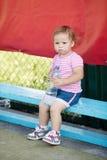 Flicka med flaskan av mineralvatten Royaltyfria Bilder