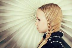 Flicka med flätade trådar, konststående Arkivfoto