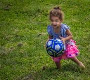 Flicka med fotbollbollen Fotografering för Bildbyråer
