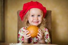 Flicka med franskt bröd Royaltyfri Bild