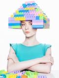 Flicka med frisyren för byggnadssats Arkivbild