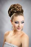 Flicka med frisyren och makeup Royaltyfri Bild