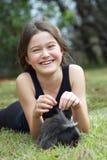 Flicka med försökskaninen Arkivbilder