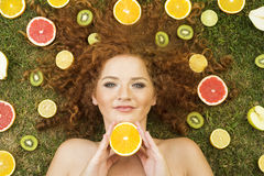 Flicka med frukt Royaltyfria Bilder