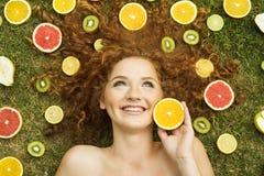 Flicka med frukt Royaltyfri Foto