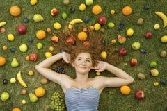 Flicka med frukt Arkivbild