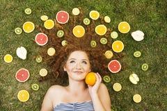 Flicka med frukt fotografering för bildbyråer