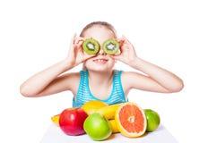 Flicka med frukt arkivfoto