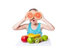 Flicka med frukt Arkivfoton