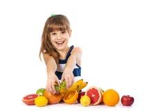 Flicka med frukt Royaltyfria Foton