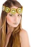 Flicka med fruktsmink, i form av kiwi Royaltyfri Foto