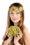 Flicka med fruktsmink, i form av kiwi Arkivbild
