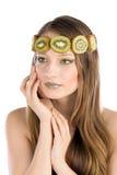 Flicka med fruktsmink, i form av kiwi Royaltyfria Bilder