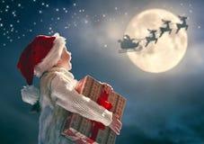 Flicka med gåva på jul arkivfoto