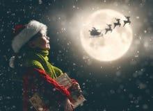 Flicka med gåva på jul royaltyfri bild