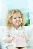 Flicka med gåvan Royaltyfri Fotografi