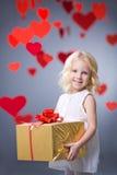 Flicka med gåvan Arkivfoto