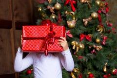 Flicka med gåvor arkivbild