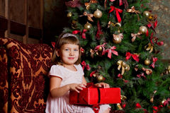 Flicka med gåvor royaltyfria bilder