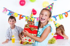 Flicka med giftbox på födelsedagpartiet Royaltyfri Bild