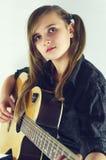 Flicka med gitarren fotografering för bildbyråer