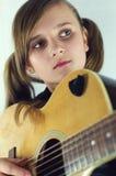 Flicka med gitarren Arkivbild