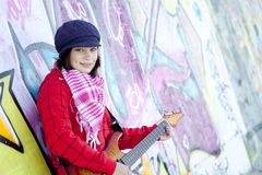 Flicka med gitarren och grafitti Arkivbild