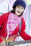 Flicka med gitarren och grafitti Arkivbilder