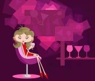 Flicka med glass sammanträde för drink i soffa Arkivbild