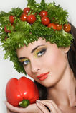 Flicka med grönsakhårstil Härlig lycklig ung kvinna med grönsaker på hennes huvud Det sunda matbegreppet, bantar, veget Fotografering för Bildbyråer