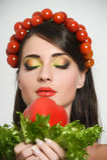 Flicka med grönsakhårstil Härlig lycklig ung kvinna med grönsaker på hennes huvud Det sunda matbegreppet, bantar, veget Arkivfoto
