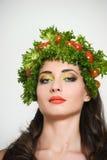 Flicka med grönsakhårstil Härlig lycklig ung kvinna med grönsaker på hennes huvud Det sunda matbegreppet, bantar, veget Royaltyfria Foton