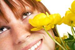 Flicka med gula blommor Arkivbilder