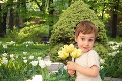 Flicka med gula tulpan i parken, collage royaltyfri fotografi