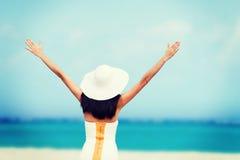 Flicka med händer upp på stranden Arkivfoton