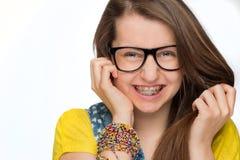 Flicka med hänglsen som bär isolerade geekexponeringsglas Royaltyfria Bilder