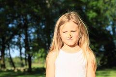 Flicka med häxanäsan Arkivbild
