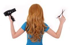 Flicka med hållande den isolerade sax för lockigt hår och hårtorken Fotografering för Bildbyråer