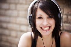 Flicka med hörlurar Royaltyfri Bild