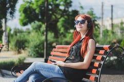 Flicka med hörlurar Royaltyfria Foton