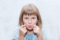 Flicka med hörlurar Arkivbild