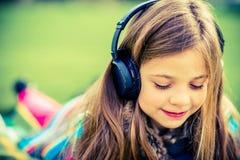 Flicka med hörlurar Royaltyfri Foto