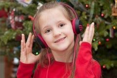 Flicka med hörlurar Royaltyfria Bilder