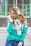 Flicka med hörlurar på Kotka i en grön tröja arkivfoton